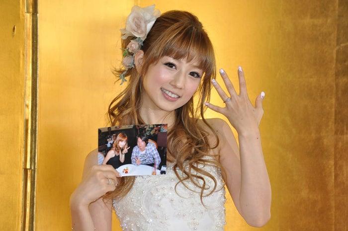 結婚会見に登場した小倉優子