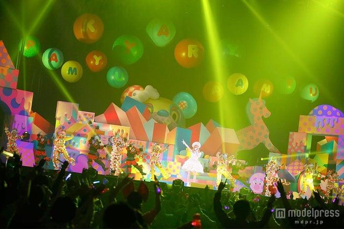 「きゃりーぱみゅぱみゅのからふるぱにっくTOY BOX」の最終公演の模様