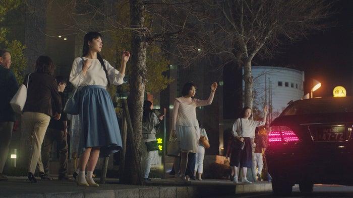 CMで共演する(左から)広瀬すず、宮崎あおい、鈴木京香/「タクシー」篇(提供画像)