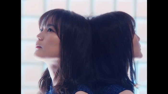 生田絵梨花/「夜明けまで強がらなくてもいい」MVより(提供写真)