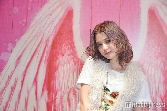 """瑛茉ジャスミンのステージ裏に密着!""""まるで天使""""な美貌にファン虜(C)モデルプレス"""