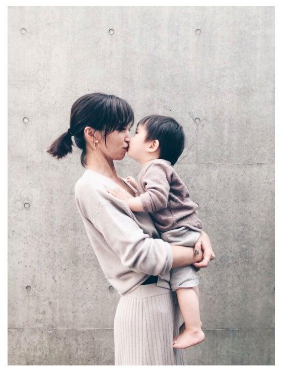 安田美沙子と愛息子のキスショット/安田美沙子オフィシャルブログ(Ameba)より