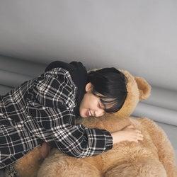"""欅坂46平手友梨奈、クマに抱きつく""""キャロてち""""連発「恋愛はくだらない?」「カワウソに似てると思う?」76の質問も"""