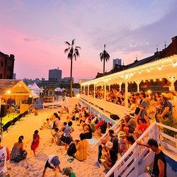 横浜赤レンガ倉庫「レッドブリックビーチ」67万人来場の人気夏イベント、週末はチルなビーチパーティーも