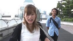 偽ロケ中のでっぱりんにあきらが後ろから近づく/「あいのり:Asian Journey」第22話より(C)フジテレビ
