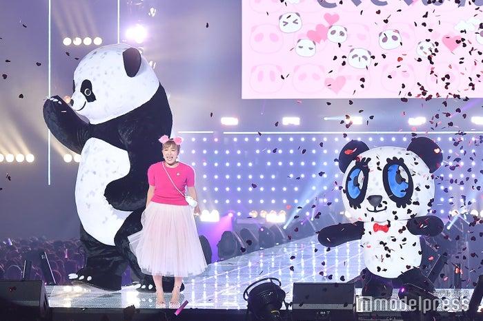 (左から)アンドレザ・ジャイアントパンダ、丸山桂里奈、さくさくパンダ(C)モデルプレス