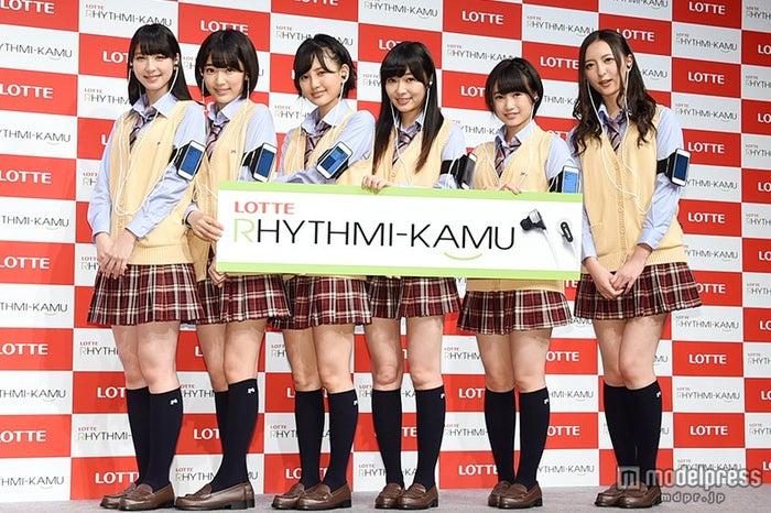 HKT48(左から:松岡菜摘、宮脇咲良、兒玉遥、指原莉乃、朝長美桜、森保まどか)