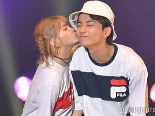 「Popteen」なちょす&那須泰斗カップル、ランウェイでキス 幸せオーラ振りまく<超十代>