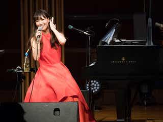大塚 愛、鮮やかドレス姿披露 「プラネタリウム」など名曲ピアノ弾き語り