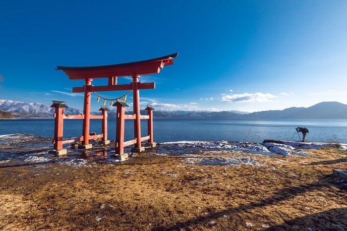 田沢湖畔に立つ鳥居/写真素材ぱくたそ