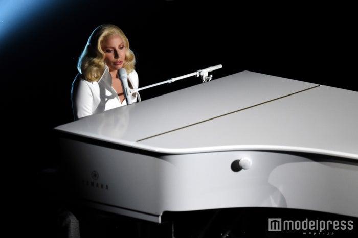 「アカデミー賞」でピアノ弾き語りを披露したレディー・ガガ/photo:Getty Images