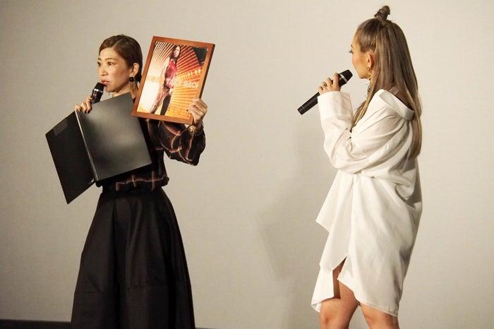 デビュー曲「TAKE BACK」アメリカ盤のアナログレコードが登場し驚く倖田來未(画像提供:avex)