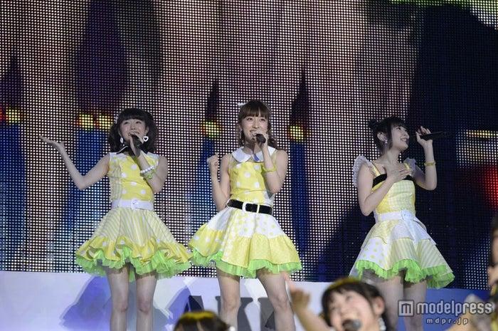 「三日月の背中」を披露する(左から)市川美織、梅田彩佳、高柳明音/(C)AKS