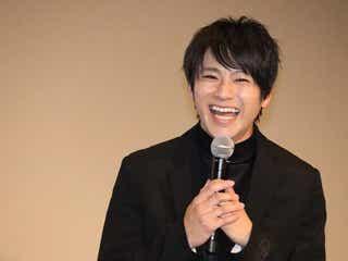 """山田裕貴、『呪術廻戦』""""五条悟""""風SHOTに「髪色も服も再現できてる」「スタイル良すぎ!」と反響"""