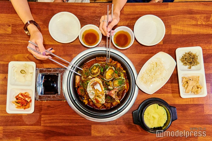 ハムドクカルチム38,000ウォン(4人前)「ハムドク」とは村の名称で、「カルチム」はカルビ煮の意味。キムチ、ピクルス、キャベツ、玉子蒸しなどの前菜も供されます。(C)モデルプレス