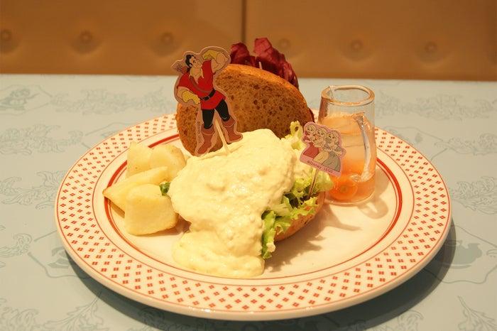 <Gaston>強いぞ!グリルチキンバーガー1,890円(C)Disney