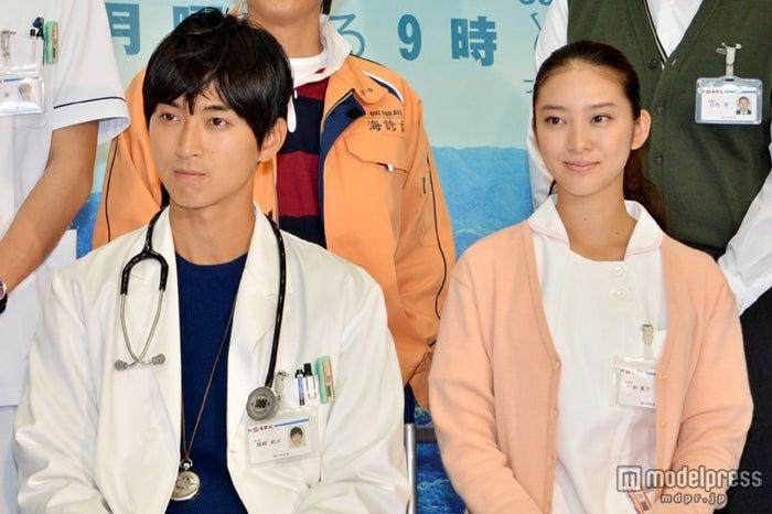 「海の上の診療所」第1話放送/(左より)松田翔太、武井咲