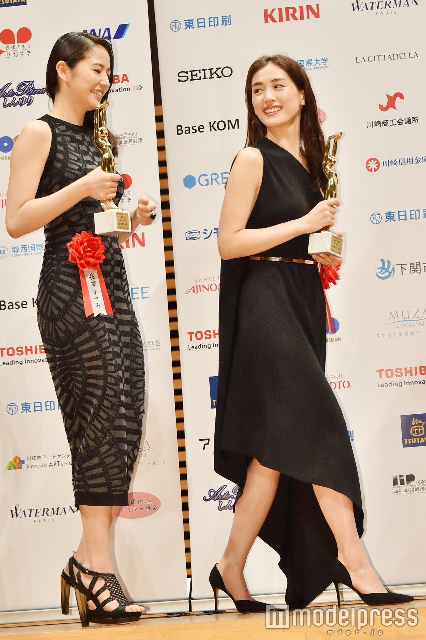 綾瀬はるか、大人シックなブラックドレス 小物で洗練スタイル