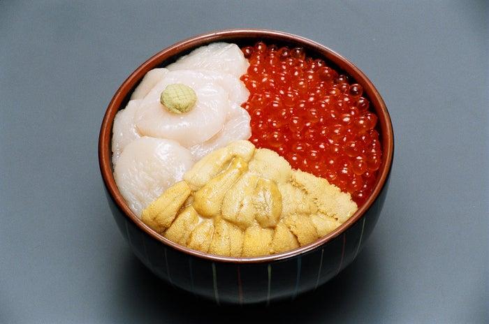 元祖函館巴丼(ウニ・イクラ・ホタテ)レギュラーサイズ¥1,780/ミニサイズ¥1,480(税別)(提供画像:きくよ食堂)
