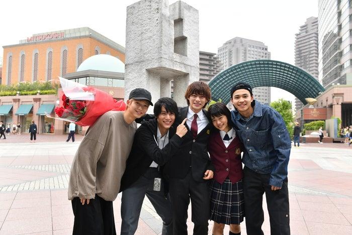 左から鈴木仁、中川大志、平野紫耀、杉咲花、中田圭祐(C)TBS