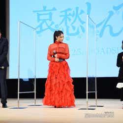 娘役のCOCOの挨拶を見守る田中圭と土屋太鳳(C)モデルプレス