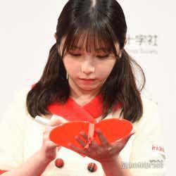 サインを書く与田祐希 (C)モデルプレス