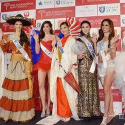 「2014ミス・インターナショナル世界大会記者発表会」に出席した各国代表者/左から4番目が日本代表の本郷李來(ほんごう・りら)さん【モデルプレス】