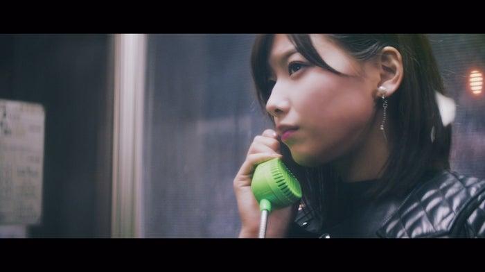 渡邉理佐「割れたスマホ」MVより(画像提供:ソニー・ミュージックレーベルズ)