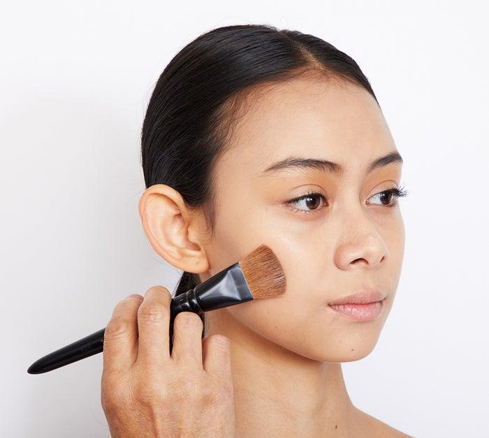外から内側へ引く「逆引き」で厚めに塗ることができる。マットで自然な肌を作るためには、両方の筆の動かし方で。