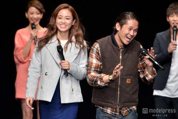 仲睦まじくランウェイを歩く宮城舞(左)と宮城大樹(右)姉弟/ファッションイベント「Like it!!×SHIBUYA GIRLS FESTA」にて