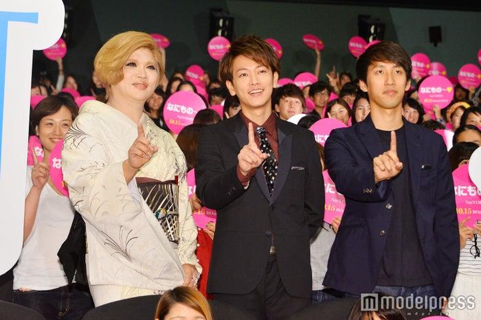 「なにもの~!」ポーズでフォトセッション/IKKO、佐藤健、朝井リョウ氏 (C)モデルプレス