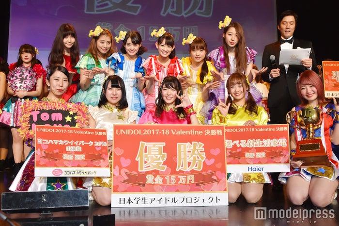 優勝したTomboys☆(前列)とサプライズゲストのチームしゃちほこ(後列) (C)モデルプレス