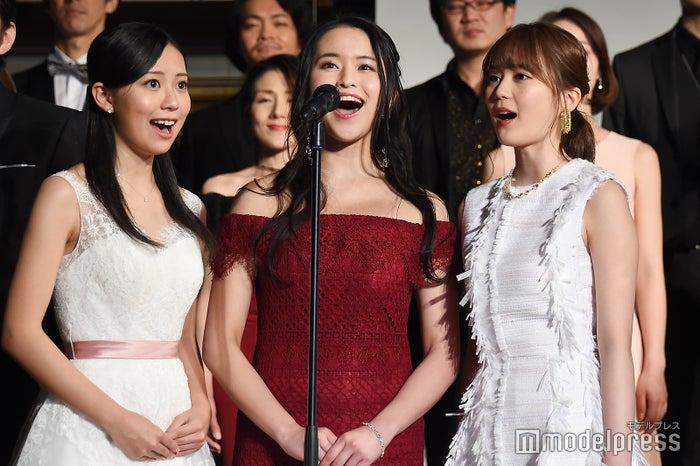 歌唱を披露する生田絵梨花(右) (C)モデルプレス