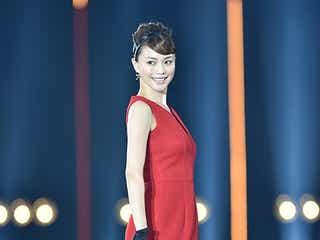蛯原友里、最新の美の秘訣を伝授 赤ドレスでサプライズ登場に3万人が熱狂