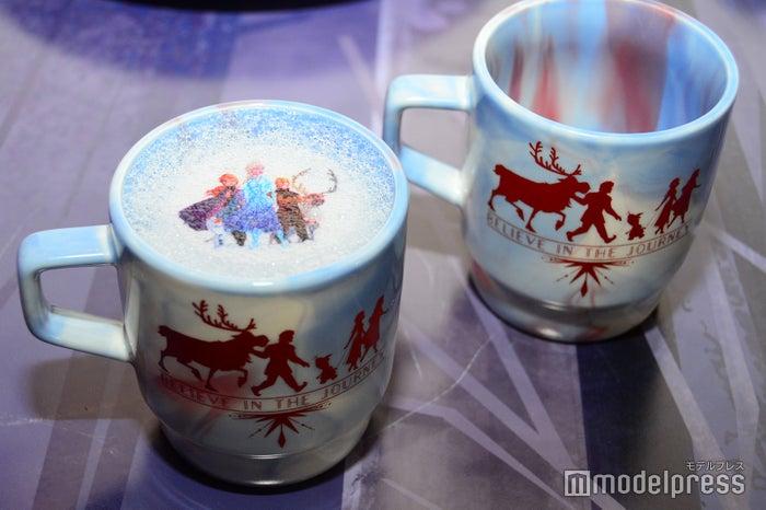<アナと雪の女王2>ほっこりチーズケーキミルクティー 990円/カップ付 2,490円(C)モデルプレス