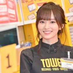 """山本彩、ゲリラで渋谷のレコード店に店員として""""降臨"""" 泣いてしまうファンの姿も"""