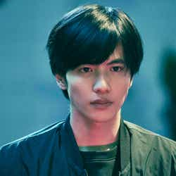 志尊淳(C)2020映画「さんかく窓の外側は夜」製作委員会 (C)Tomoko Yamashita/libre