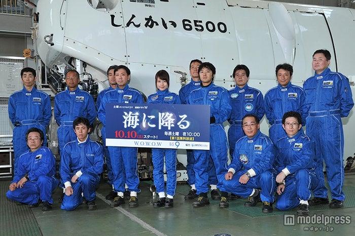 有村架純(中央)と「しんかい6500」パイロットの皆さん