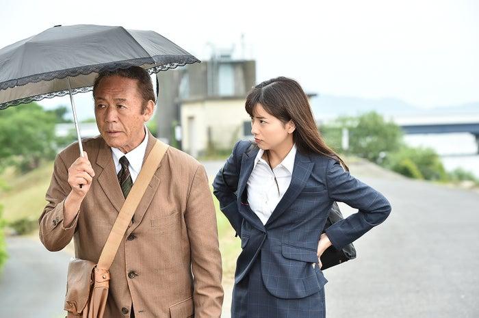 久田莉子(右)/TBS月曜名作劇場「税務調査官 窓際太郎の事件簿34」(C)TBS