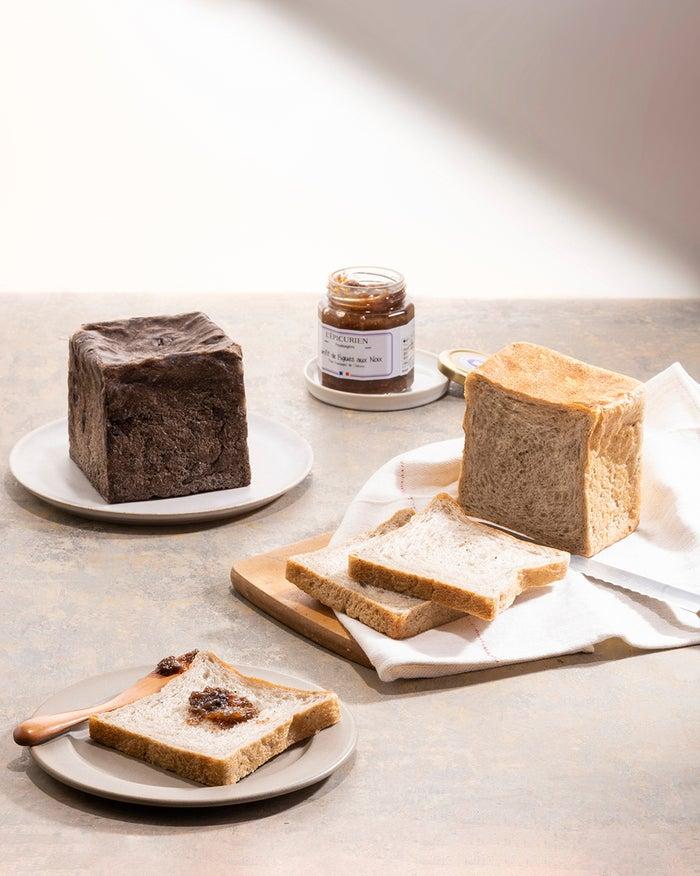 左から)チョコレートくるみ食パン(500円)トリュフ食パン(385円)/画像提供:品道