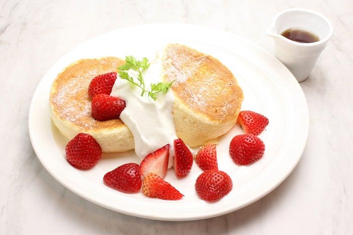 たっぷりいちごのスフレパンケーキ ¥1,280/画像提供:LIFEstyle