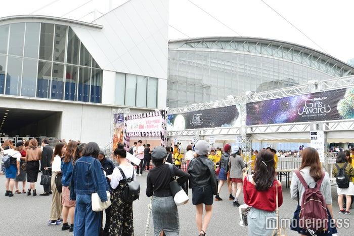「GirlsAward 2017 AUTUMN/WINTER」会場外の様子 (C)モデルプレス