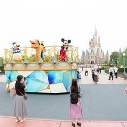 東京ディズニーランド&シー感染防止策公開、ミッキーたちもソーシャルディスタンス確保し挨拶<7月1日より運営再開>