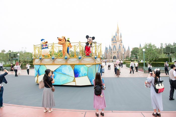 キャラクターによる挨拶(パレードルート)(C)Disney br/