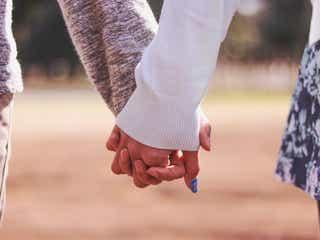 付き合っていないのに…!初デートで手を繋いでくる男性心理5つ