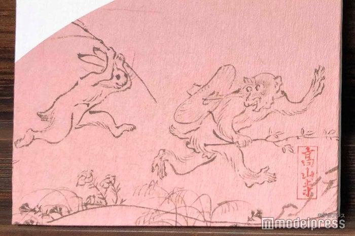 猿と兎が追いかけっこをしている(C)モデルプレス