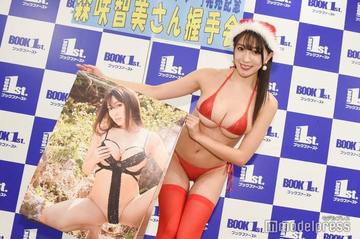 カレンダーのお気に入りカットを披露した森咲智美(C)モデルプレス