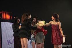 KATYモデル・谷川りさこから花束を受け取る準グランプリ・高園あずささん