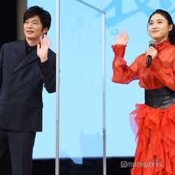 配信カメラに手を振る田中圭、土屋太鳳(C)モデルプレス