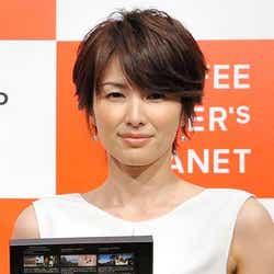モデルプレス - 吉瀬美智子、ミニワンピでスラリ美脚を披露 ライフスタイルを語る